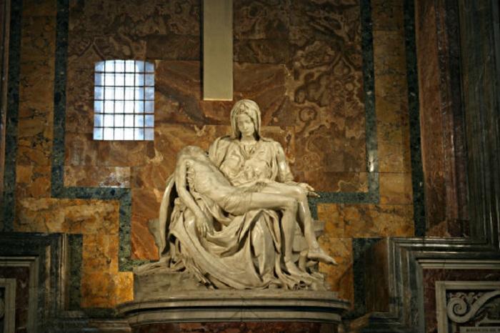 مجسمه مریم مقدس اثر میکل آنژ