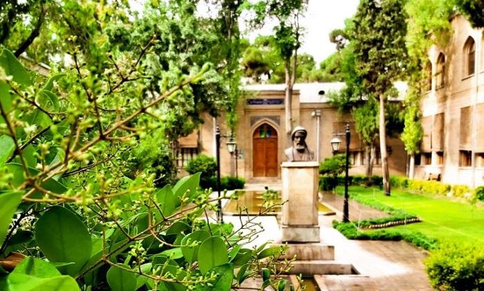 سردیس فردوسی در باغ موزه نگارستان
