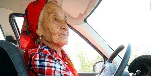 مسنترین زن راننده با ۹۰ سال سن +عکس