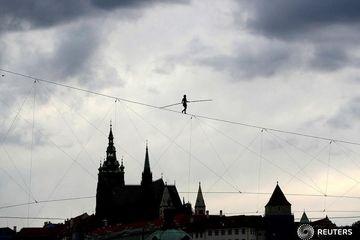 بندبازی روی طناب بر بالای قلعه پراگ