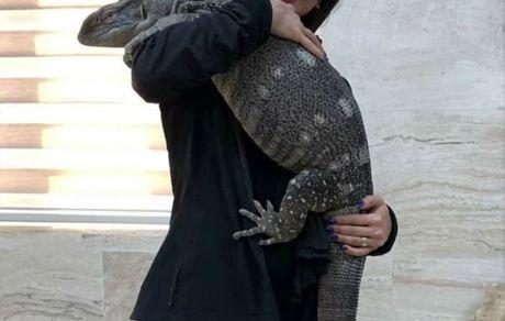حیوان ترسناک در آغوش خانم بازیگر +عکس