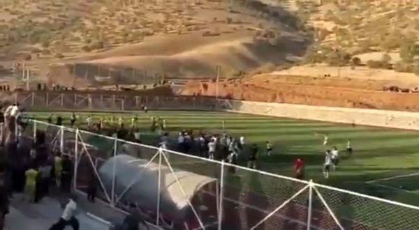 فیلم درگیری خونین بازیکنان فوتبال در پاوه / 13 زخمی در مستطیل سبز