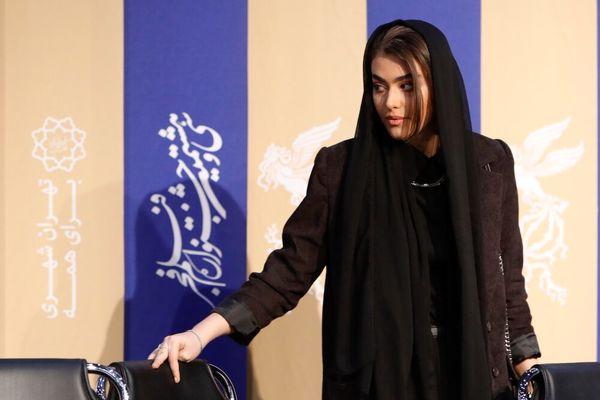 شباهت ژست های ریحانه پارسا به آنجلینا جولی در جشنواره فجر + فیلم