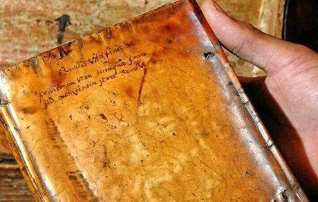 یک کتاب قدیمی با جلد پوست انسان +عکس