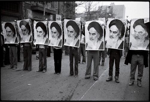 پوسترهای آیت الله خمینی در تمامی تظاهرات ضد شاه دیده میشود