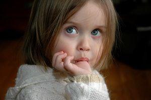 دلیل مکیدن انگشت در کودکان 2 تا 4 سال چیست؟