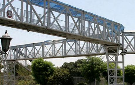 خودکشی جوان تهران از روی پل عابرپیاده / پلیس وارد عمل شد
