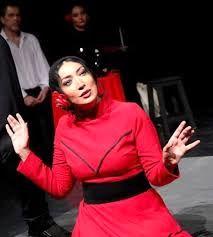 نگار عابدی با کت شلوار و کراوات در تئاتر اکلیل