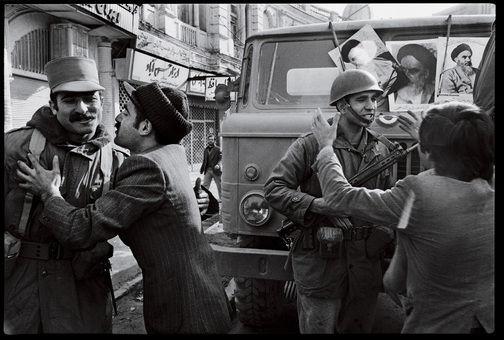 سربازان در آغوش تظاهرکنندگان ضد شاه