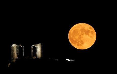 نمایی از طلوع قرص کامل ماه در معبد پوزئیدون