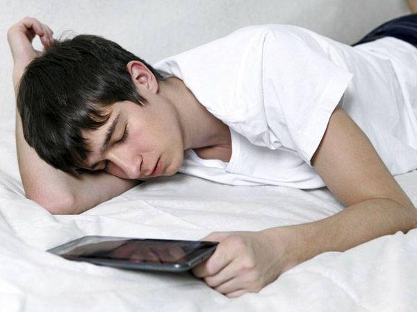 آیا نور موبایل کوری و بیخوابی می آورد؟