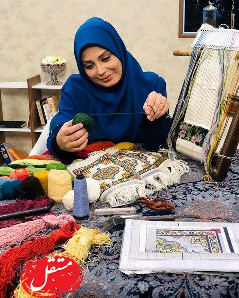 قالی بافی خانم مجری در برنامه زنده + عکس